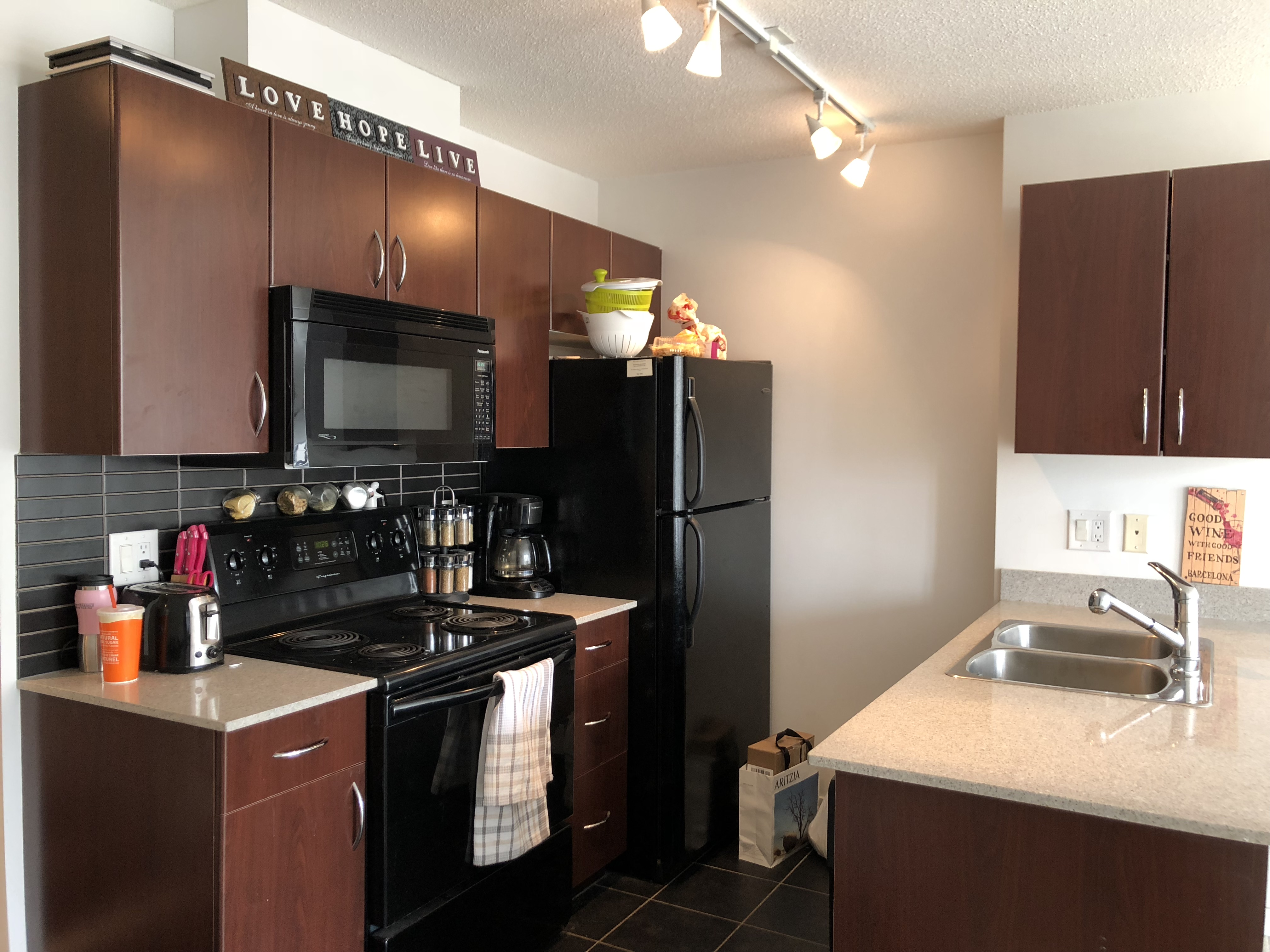 Modern 1 Bed + Den, The Heart Of Vancouver's Downtown!