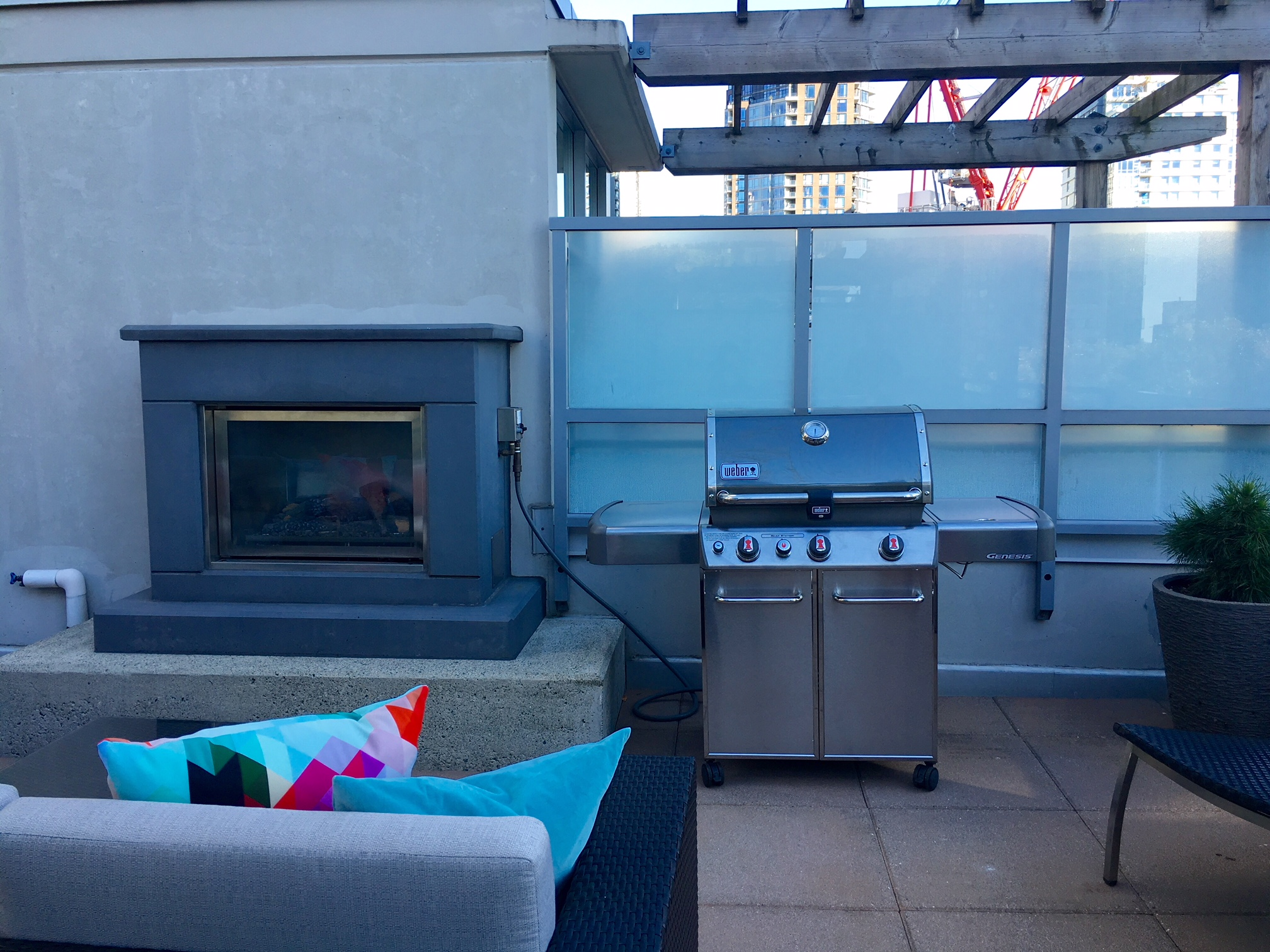 Unfurnished POMARIA Townhouse w/ Rooftop Fireplace & AC