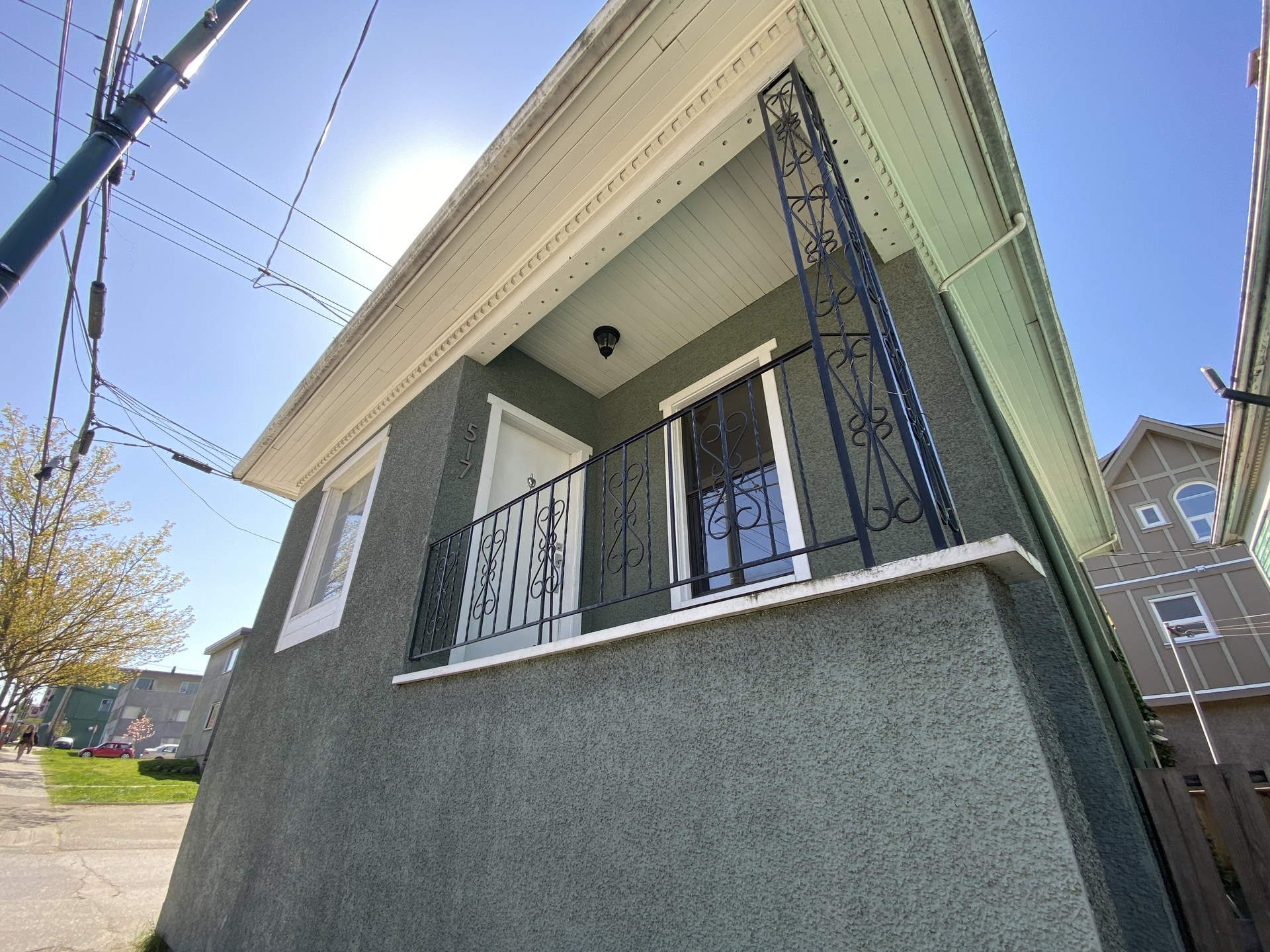 The Drive: Adorable Spacious Upper Level Home 2 Bed + Den