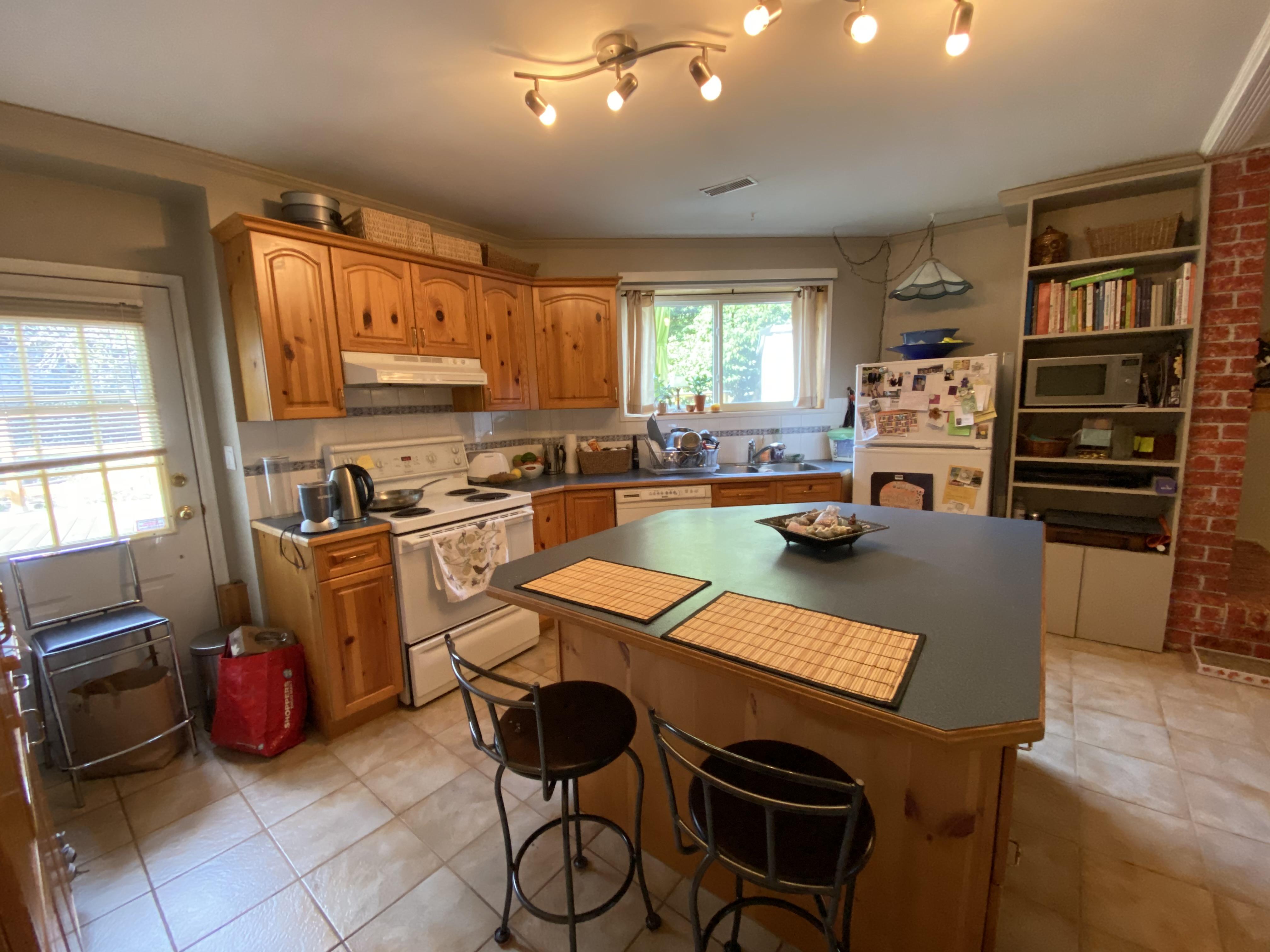 (DPMonline.ca)Ground Floor Of Lynn Valley House, 2bd + Very Large Den