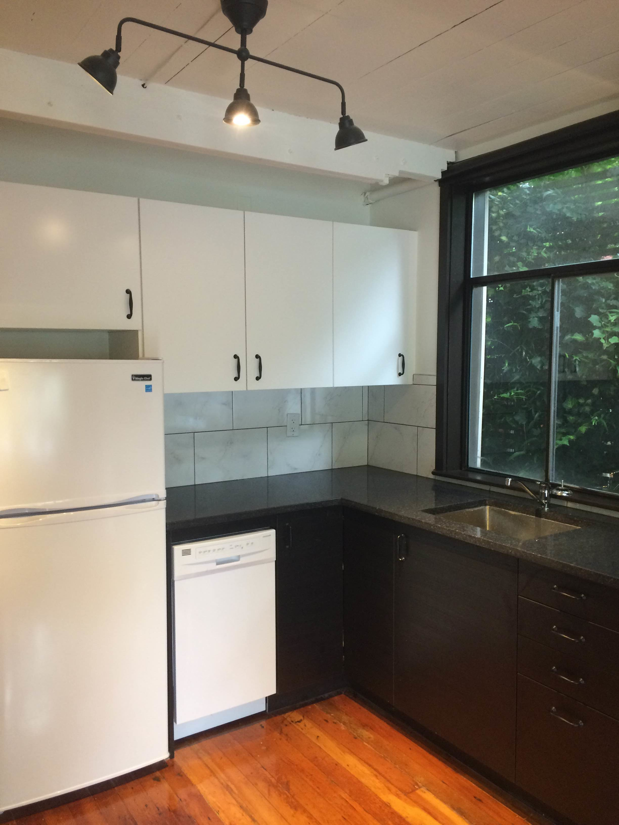 Hip-O Townhouse-Style Bachelor Apartment w/ Murphy Bed!
