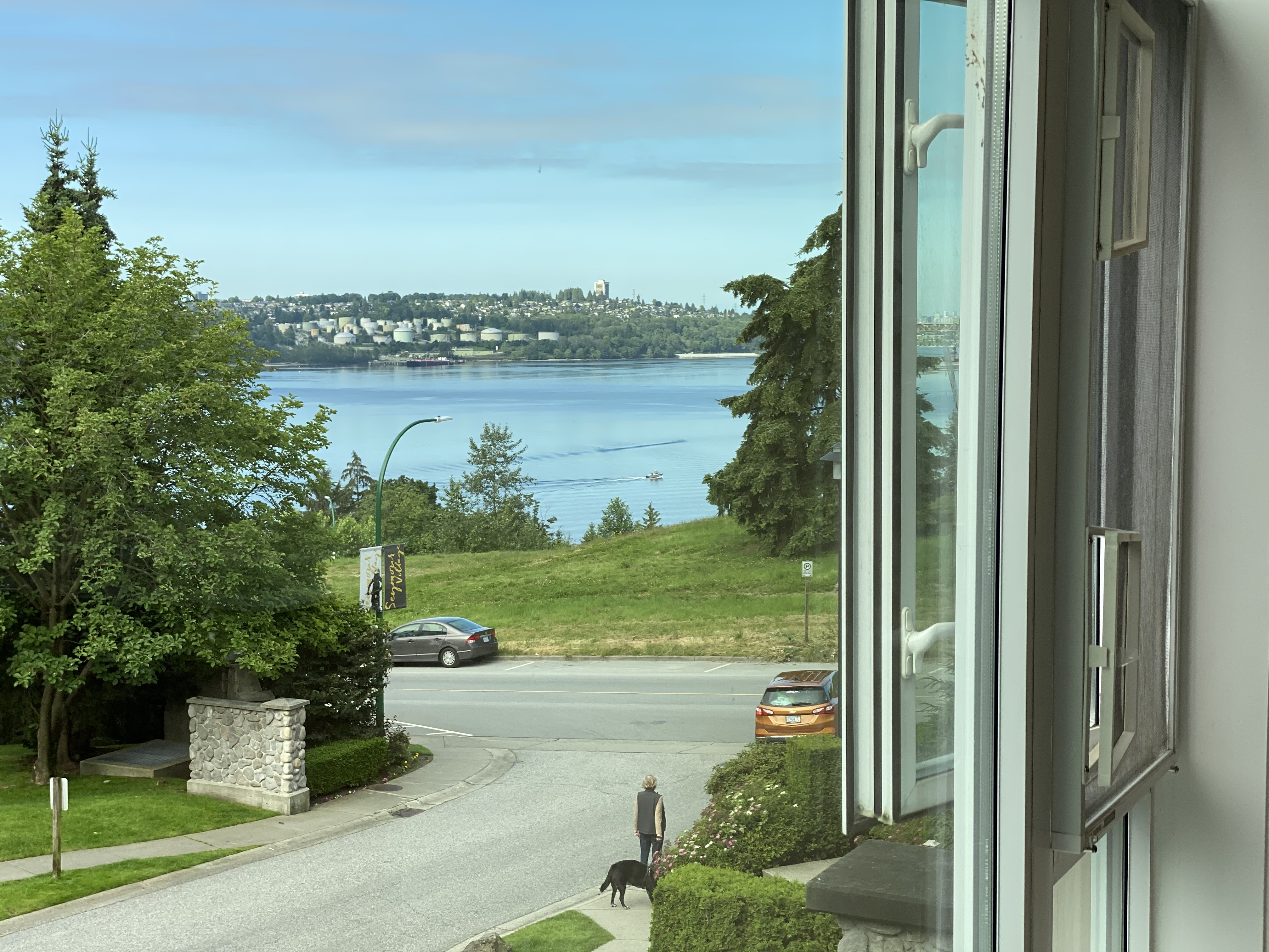 Escape to North Shore Serenity, Water Views in a Spacious 1bed+den!