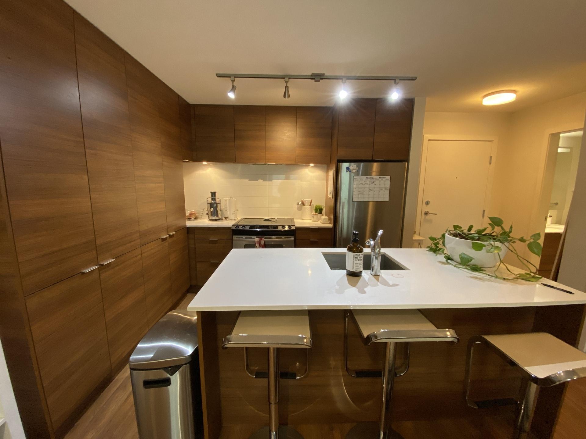 Tranquil Modern Condo, Tasteful Kitchen! Overlooking Green Space!